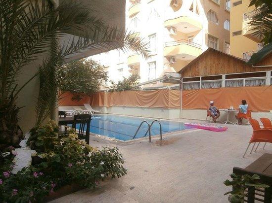 Kleopatra Hermes Beach Hotel: Внутренний дворик с бассейном