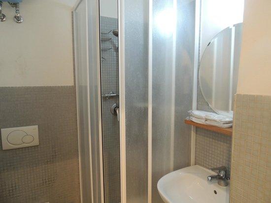 Gentes B&B: salle de bains petite mais suffisante