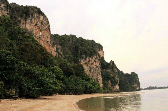 Railay Great View Resort and Spa: пляж отеля (но купаться здесь не стоит)