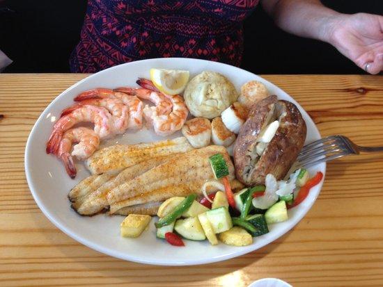 Basnight's Lone Cedar Cafe: Broiled Seafood Dinner