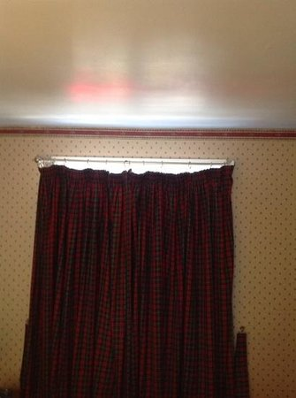 The Horse and Hound Country Inn: curtains certainly let the daylight in