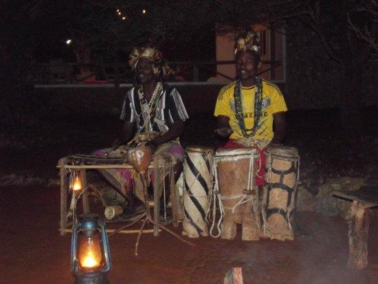 Tsavo Mashariki Camp : CENA DAVANTI AL FUOCO CON MUSICISTI LOCALI