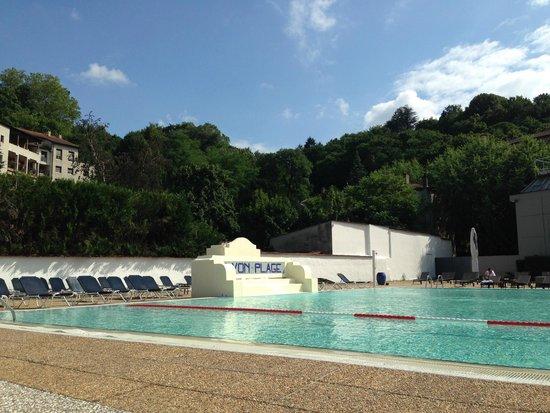 La salle de bain picture of hotel lyon metropole lyon for Pool show lyon france