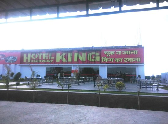Shahpura, India: The View of Entrance of Restro from Parking