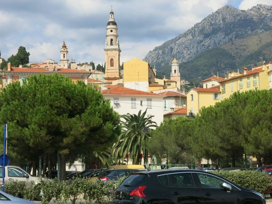 Hotel de Londres Menton : The church dominates the skyline of the old quarter. Worth the climb up the steps