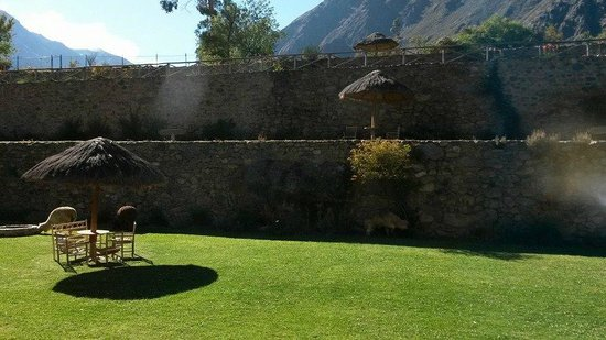 Pakaritampu Hotel: Wonderful terraces with Alpacas and nice sitting places.