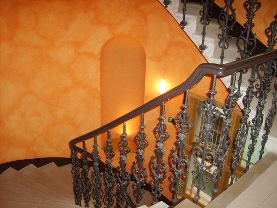 EA Embassy Prague Hotel: escalier donnant aux  chambres