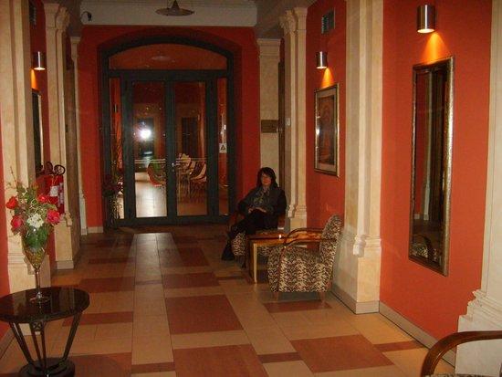 EA Embassy Prague Hotel: l'entrée de l'hôtel