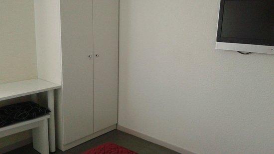 Time Hotel: Armoire avec T-V suspendue au mur, face au lit