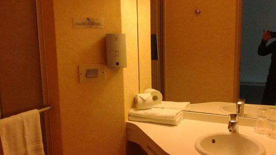 Time Hotel: Evier un peu petit, douche, W-C, un peu exigu