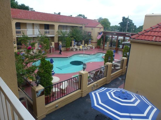 Guitar pool area picture of days inn memphis at for Hotels near graceland memphis tn