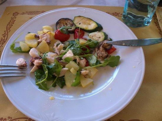 Taverna del Borgo: Polipo con patate, insalatina e verdure grigliate