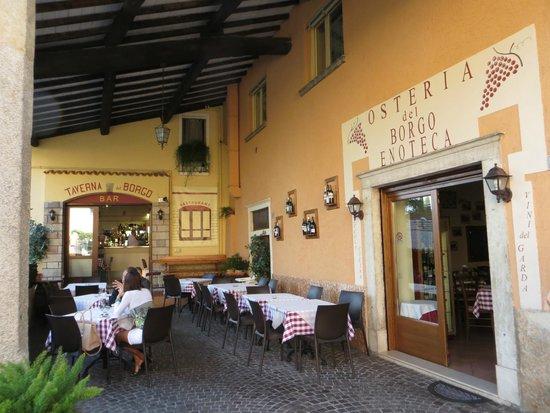 Taverna del Borgo: Il locale con tavolini sotto il portico