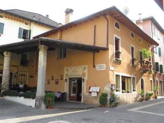 Taverna del Borgo: veduta del locale dalla piazzetta