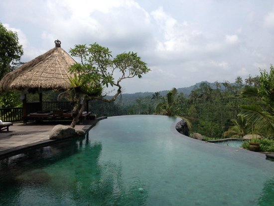 Dara Ayu Villas & Spa: Pool and restaurant area