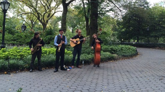 Excelsior Hotel: Musicians in Central Park near the hotel