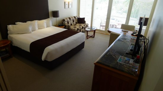 Pullman Reef Hotel Casino: King bed room