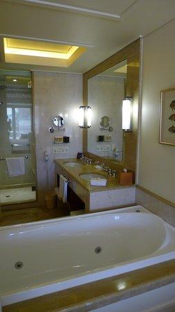 Pullman Reef Hotel Casino : Jacuzzi tub and bathroom