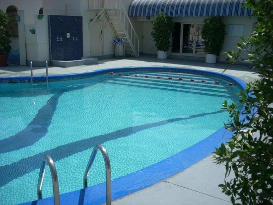 Avari Dubai Hotel: piscina 2