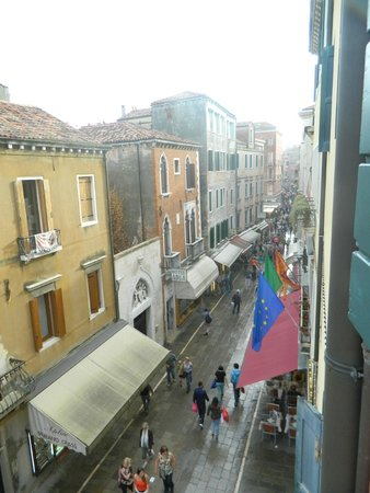 Hotel Minerva & Nettuno: The view to the busy street