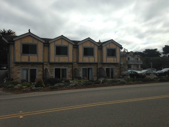 Pelican Inn & Suites: Hotel property from across the street