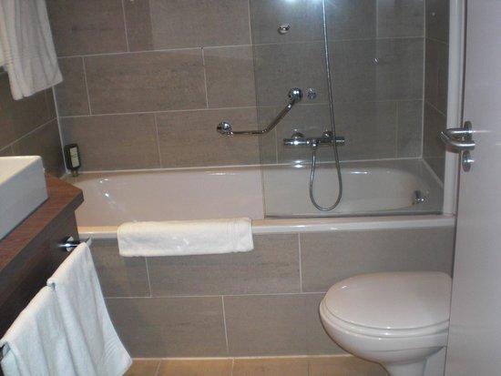 Ruim en schone badkamer - Foto van Auberge Du Bonheur, Tilburg ...
