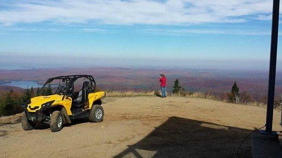 Rabaska Lodge : Vue du sommet des Tour CIP à Côté de la montagne du Diable