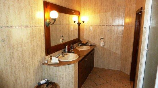 Aanari Hotel & Spa : Salle de bain chambre club 105