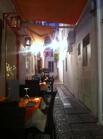 Il Buco Marbella: Outdoor seating in the small alley