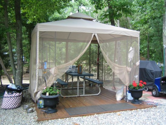 Crystal Springs Wilderness Lodges & RV Resort: Gazabos with bug screens on every site