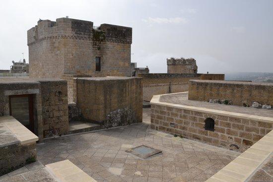 Castro Castle : torrioni e camminamenti