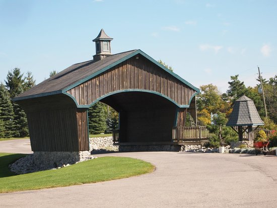 Hernder Estate Wines: The Covered Bridge onto the Grounds