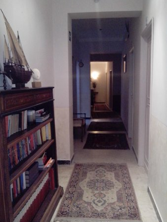 Badia Fiorentina Bed and Breakfast: Cosy corridor leading to the rooms