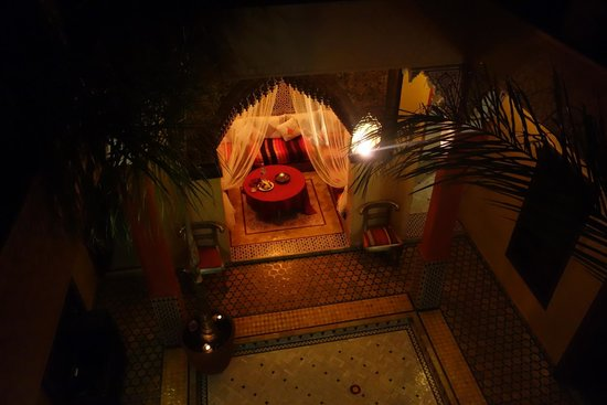 Riad Reves D'orient: A view into the courtyard from the balcony