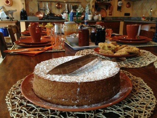 Il Medolo di Pusterla: La colazione (mitica torta di nocciole!)
