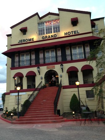 Jerome Grand Hotel: Hotel from the parking lot-Restuarant side