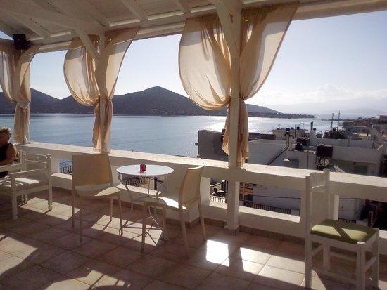 Elounda Princess: Widok z tarasu.Tu można podziwiać widoki na zatoke,na miasto i co ciekawe mozna odpoczac od głos
