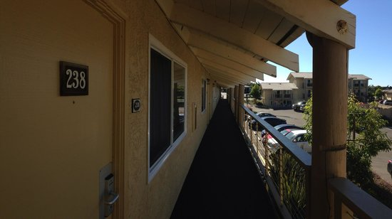 Spyglass Inn: The photo they don't show you... It's a motel, not a hotel! NOISY!