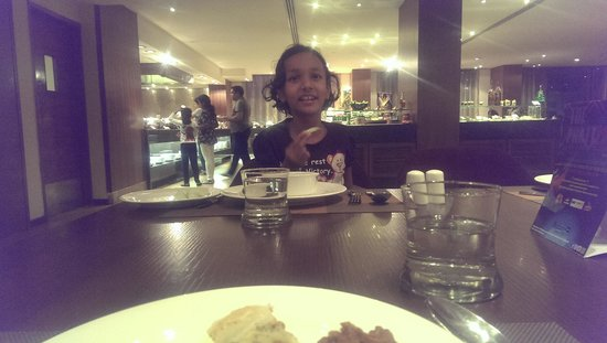 Radisson Blu Plaza Hotel Hyderabad Banjara Hills: Dining area,Radisson Blu.