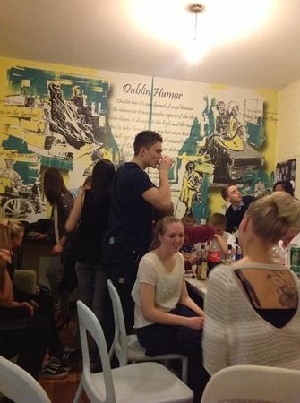 Ashfield Hostel : sala comum - sempre rola refeições coletivas!