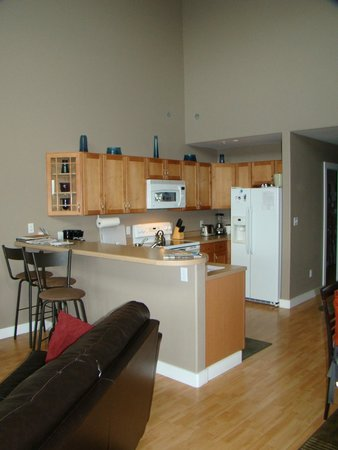 Katlian Street Suites: Kitchen