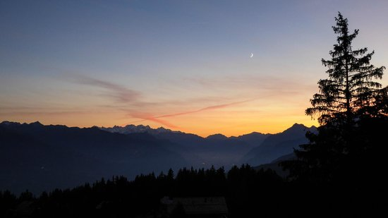 Crans-Montana, Suiza: sunset from terrace