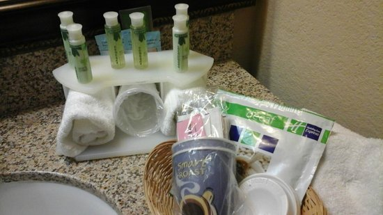 Holiday Inn Express Showlow: Soaps, cups, and coffee gear provided in the room