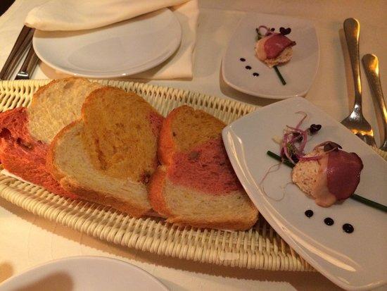 BOLERO Restaurante: Sehr schön die Präsentation des 3-farbigen Brots mit dem Gruss aus der Küche!