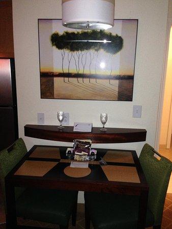 Residence Inn Gulfport-Biloxi Airport - Renovated: Table