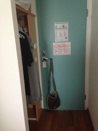 Ibis Ulm City : Eingangsbereich Zimmer - sehr eng