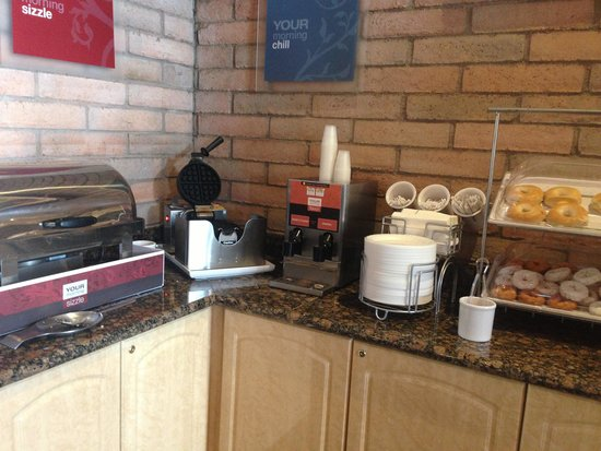 Comfort Suites at Sabino Canyon: Breakfast area (waffle maker and pastries)