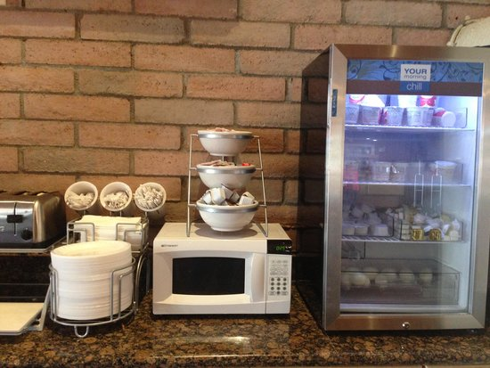Comfort Suites at Sabino Canyon: Breakfast area (microwave, yogurt, cream cheese, butter and hardboiled eggs)