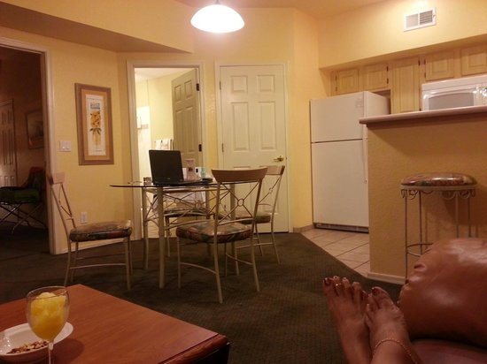Westgate Painted Mountain Golf Resort: living room and kitchen