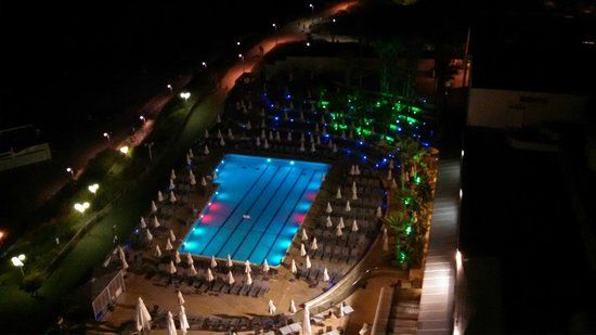 Hilton Tel Aviv : Night shot of the salt water pool on the hotel ground
